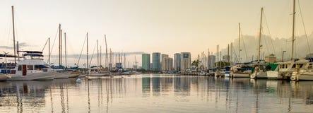 从小船港口的檀香山和威基基地平线 库存照片