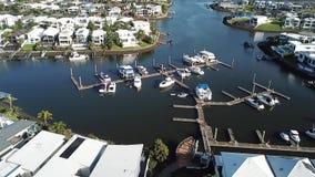 小船港口视图运河庄园和RiverLinks庄园在Coomera河早晨旁边观看希望海岛,英属黄金海岸 股票录像