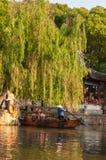 小船游览在运河的中国老村庄 免版税库存照片