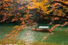 小船游览秋天, Arashiyama 图库摄影