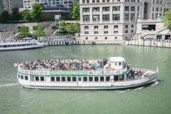 小船游览芝加哥 图库摄影