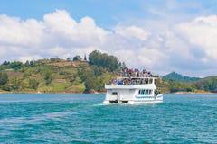 小船游览通过湖 图库摄影