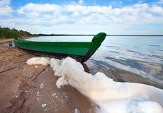 小船湖最近的岸夏天 免版税库存图片