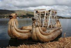 小船湖秘鲁芦苇titicaca 免版税库存照片