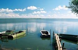 小船湖边 库存图片