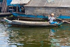 小船漂浮的女孩 免版税库存图片