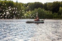 小船烘干了老早晨伸出结构树水的早期的渔夫 免版税库存照片