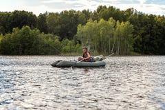 小船烘干了老早晨伸出结构树水的早期的渔夫 图库摄影