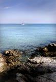 小船热带海岛的航行 库存图片