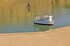 小船玩具水 免版税库存图片