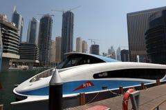 小船现代迪拜的轮渡 库存图片