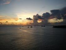 小船现出了轮廓日落 免版税图库摄影