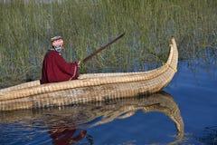 小船玻利维亚湖传统芦苇的titicaca 库存图片