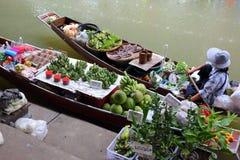 小船用在浮动市场上的果子在曼谷 免版税库存图片