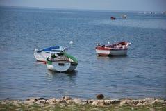 小船用在湖奥赫里德,马其顿的不同的颜色 库存图片