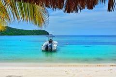 小船由岸停放了在联合海岛上的蓝色盐水湖 库存照片