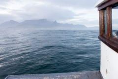 从小船甲板和桌山观看的开普敦  免版税库存图片