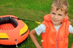 小船男孩可膨胀的草坪 库存照片