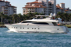 小船留下海滨广场马达的佛罗里达 免版税库存照片