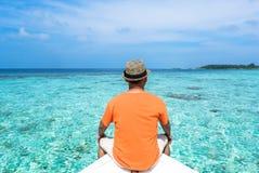 小船的一个男孩在马尔代夫 库存照片