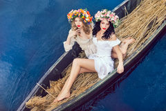 小船的两个美丽的女孩 免版税库存照片
