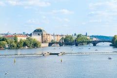 小船的人们,观光和钓鱼在伏尔塔瓦河河 免版税库存照片