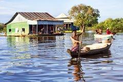 小船的人在Tonle Sap湖,柬埔寨 库存图片