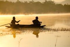 小船的人们在湖 库存图片