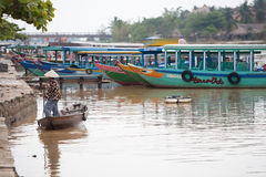 小船的会安市,越南妇女 免版税库存图片