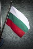 从小船的保加利亚旗子飞行在黑海 图库摄影