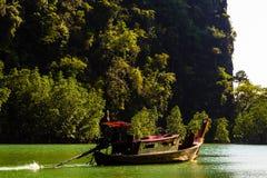小船的修士在海岛盐水湖 免版税图库摄影
