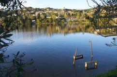 小船的停车场在湖 免版税库存照片