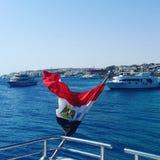 从小船的埃及旗子 免版税库存照片