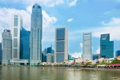 小船的奎伊新加坡摩天大楼和餐馆 库存照片