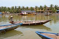 小船的妇女在会安市老镇运河 免版税库存照片