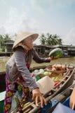 小船的妇女在芹苴市浮动市场上在越南 图库摄影