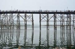 小船的孔在桥梁 免版税库存照片