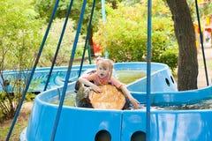 小船的孩子在公园 免版税库存图片