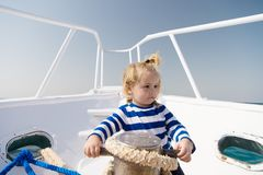 小船的小水手 ?? o 在镶边海洋衬衣的滑稽的孩子 旅途发现 免版税库存照片