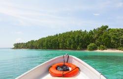从小船的弓的海岛 图库摄影