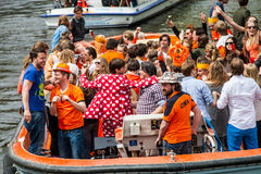 小船的愉快的人在Koninginnedag 2013年 库存图片