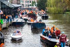 小船的愉快的人在Koninginnedag 2013年 库存照片