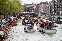 小船的愉快的人在Koninginnedag 2013年 免版税库存图片