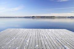 小船的斯诺伊码头在一个冻Istra水库 库存图片