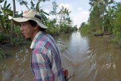 小船的未认出的飞行员在湄公河三角洲 免版税库存照片