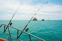 从小船的海洋捕鱼, 免版税库存图片