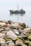 小船的渔夫在波罗的海 免版税库存图片