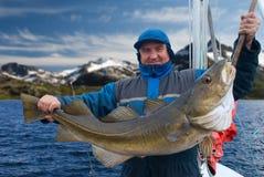 小船的渔夫在Lofoten海岛附近 免版税库存图片