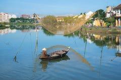 小船的渔夫有在星期四好的妙语河的捕鱼网的在清早 hoi越南 免版税库存照片