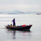 小船的渔夫2013年10月17日在春武里市,泰国 库存照片